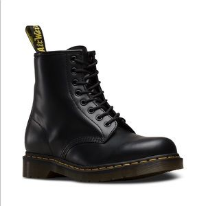 Dr. Martens Airwair Smooth black boots Like New!
